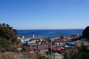 片瀬白田駅周辺の町と青い海