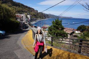 上り坂と海の景色