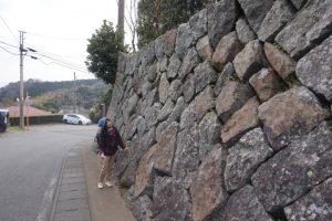 上り坂の石垣