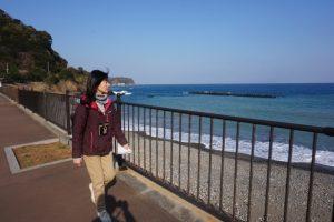 海岸沿いを歩く