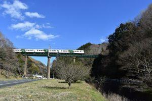 伊豆急行線の高架橋にて